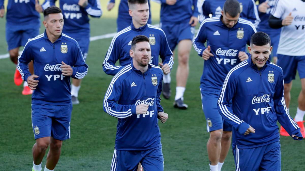 buy online 7f653 6b620 Messi trains at Real Madrid training ground with Argentina ...