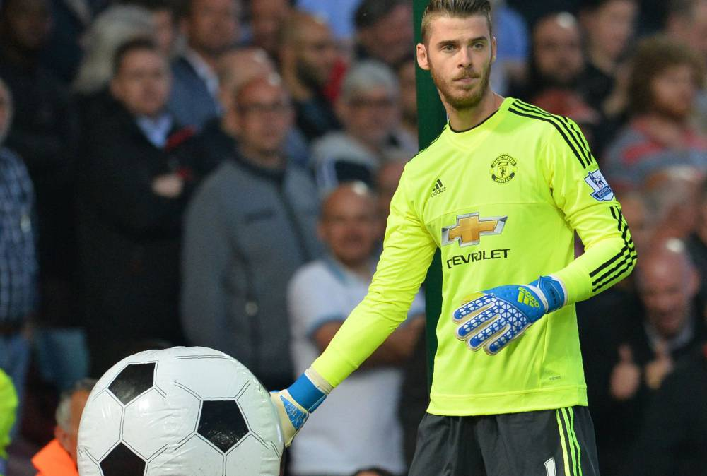 new products 72a47 b6b9a Real Madrid David de Gea poses with Man United's new away ...