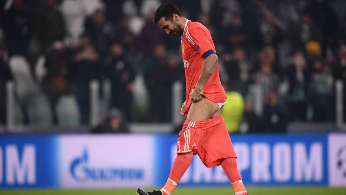 best loved cf9fe e9664 Buffon drops his shorts for Juventus fan after Barça draw ...