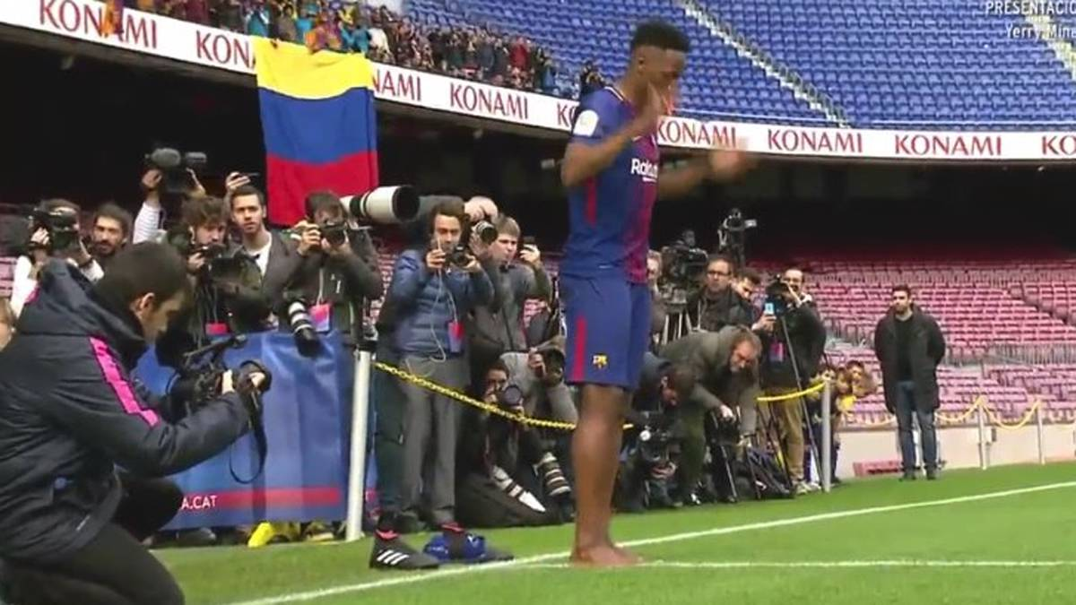 Barcelona Yerry Mina Steps Out Barefoot During Unveiling As Com