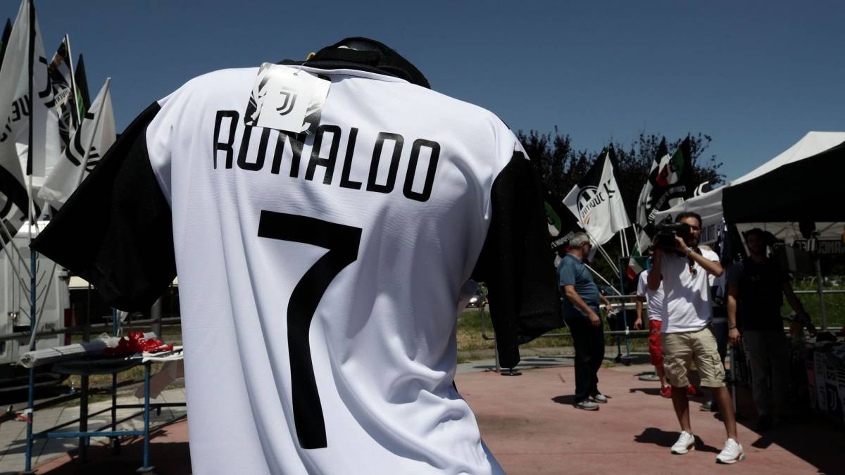 save off cecaa b5049 Juventus online store down due to stampede for Cristiano ...